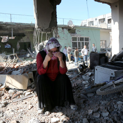 En kurdisk kvinna gråter i sitt förstörda hus i Cizre, Sirnak-provinsen 2.3.2016