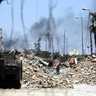 Den irakiska armén inledde attacken mot gamla staden i Mosul i gryningen. Slaget om IS sista fäste i staden befaras bli blodigt