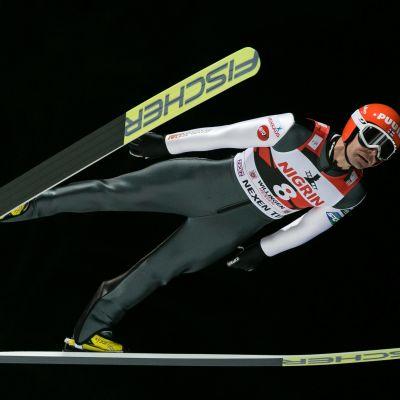 Janne Ahonen flyger genom luften