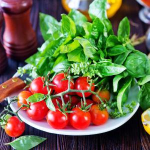 Olika grönsaker på en tallrik