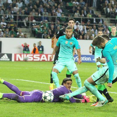 Gerard Pique gör 2-1 till FC Barcelona mot Mönchengladbach.