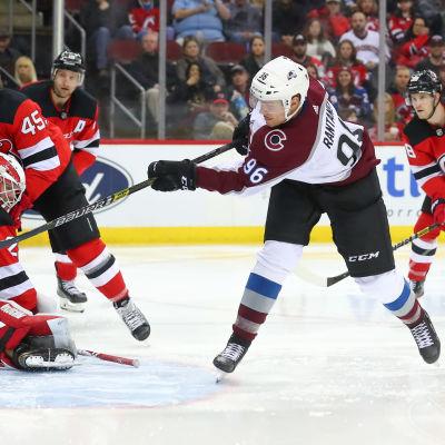 Mikko Rantanen gör mål mot New Jersey.