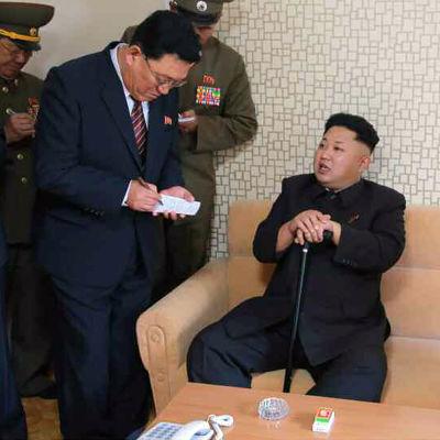 Kim Jong-un med en käpp efter att inte ha uppträtt i allmänheten på en månad.