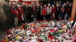 Manchester United fans hedrar minnet av de som dog i flygolyckan 1958 vid en minnesstund i Manchester 2008.