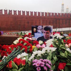 Boris Nemtsovin valokuva, kukkia ja kynttilöitä