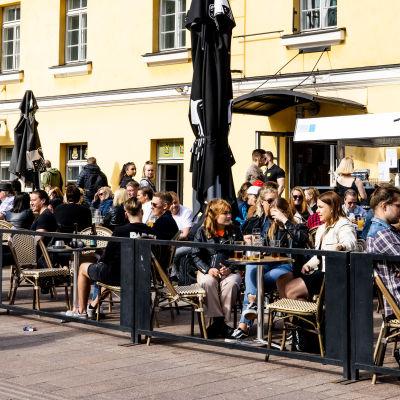 Människor på en uteservering i Helsingfors den 28 maj 2021.