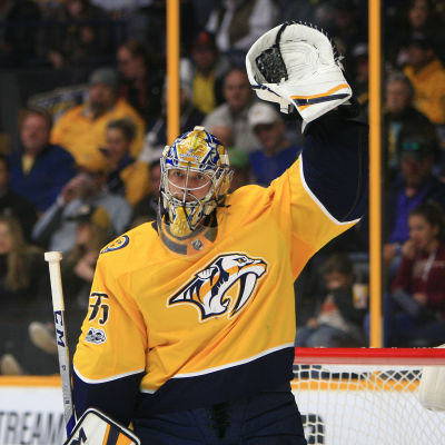 Pekka Rinne sträcker armen i luften