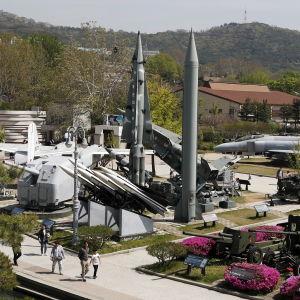Nordkoreaner betraktar missiler vid minnesmuseumet för koreanska kriget.