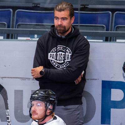 Jussi Ahokas står bakom TPS-bänken.