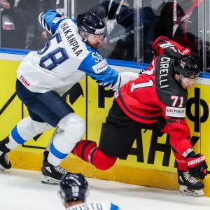 Jani Hakanpää i duell i VM-finalen.