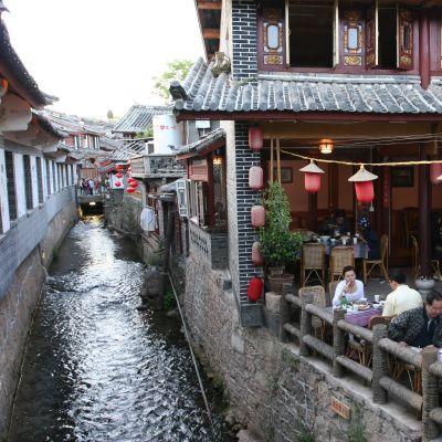En restaurang i gamla staden i Lijiang, ett av UNESCO:s världskulturarv sedan 1997. Bild: Yle/Rauli Virtanen