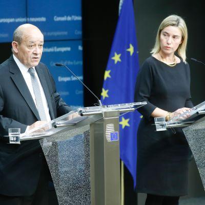 Ranskan puolustusministeri Jean Yves le Drian ja EU:n korkea edustaja Federica Mogherini pitivät lehdistötilaisuuden päätöksestä ottaa käyttöön EU:n turvatakuut.