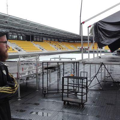 Seinäjoen uutta jalkapallostadionia valmistellaan suurkonserttia varten. Tapahtumakoordinaattori Pekka Hautala valvoo töitä.