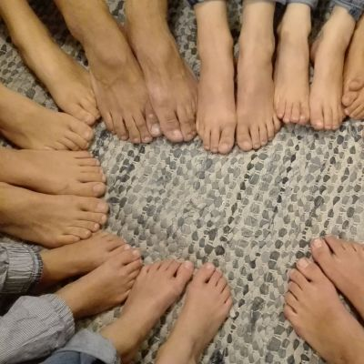 Mäkisen perheenjäsenten jalat.