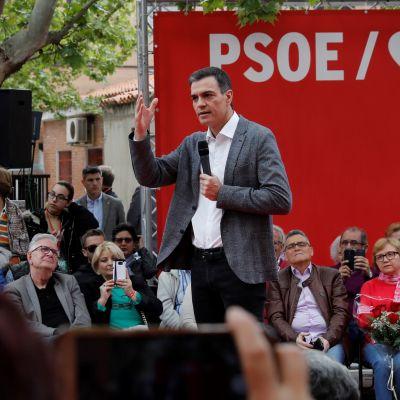 Spaiens premiärminister Pedro Sanchez talar till väljare i Madrid
