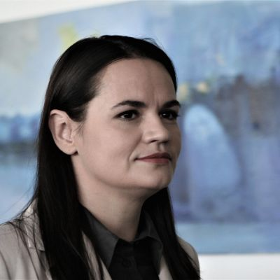 Svetlana Tichanovskaja i närbild i samband med hennes första presskonferens i Vilnius efter flykten från Belarus.