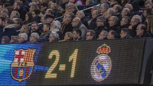 FC Barcelonas och Real Madrids klubbledning följer en ligamatch mellan lagen.