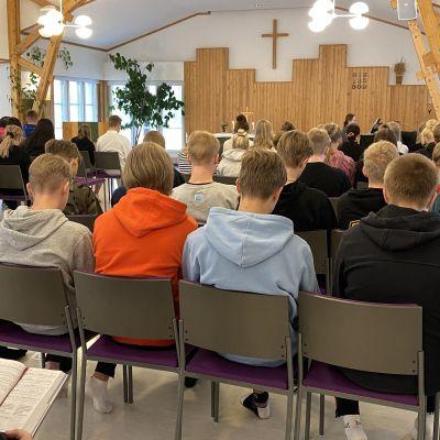 Rippikoululaiset kirkkosalissa Kajaanin Joutenlammella.