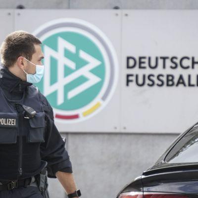 Poliisi ratsasi Saksan jalkapalloliiton toimiston.