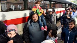 Flyktingar anländer till tyska Eisenhuettenstadt