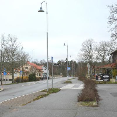 Den asfalterade byavägen som går genom Gustavs centrum. Gatan är öde i november.