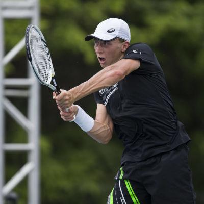 Emil Ruusuvuori slår ett tennisslag.