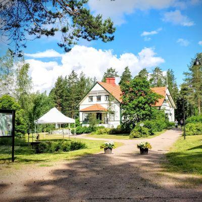 P. E. Svinhufvudin talomuseo sijaitsee vehreän puutarhan keskellä.