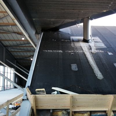 Det gamla taket på ishallen i Vasa rivs efter säsongen.