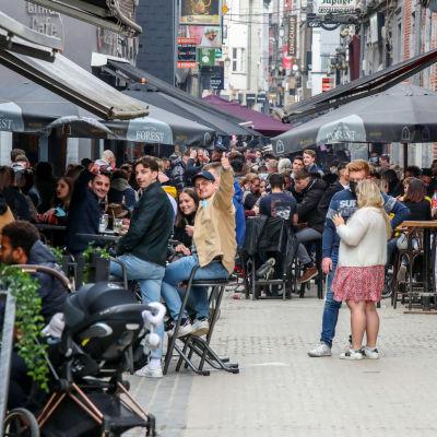 Bilder av uterserveringar som öppnat i den belgiska staden Liege.