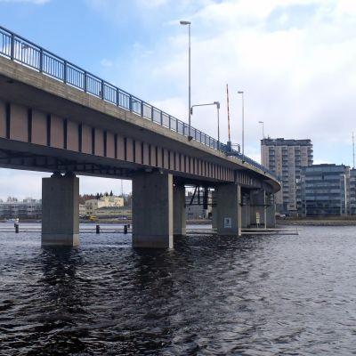 Suvantosilta ylittää Pielisjoen Joensuun keskustassa.