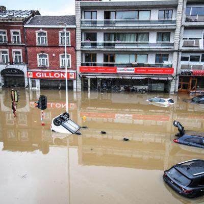 Autot kelluvat tulvivassa Meuse-joessa