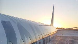 Finnairin lentokone ilta-auringossa.