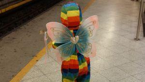 aistiyliherkkä lapsi metroasemalla