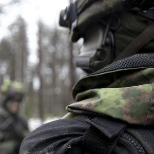 Suomen armeijan maastopuku lähikuvassa.