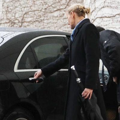 Dörren gick inte att öppna då premiärminister Theresa May kom till Berlin för möte med förbundskansler Angela Merkel.