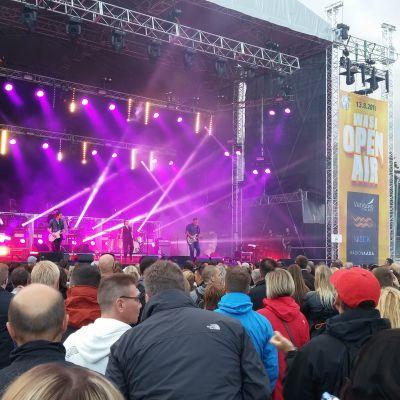 The Cardigans uppträder på Wasa Open Air.