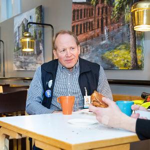 Kirjastopedagogi Timopekka Sillantaus kahvilla Mikko Huttusen kanssa.