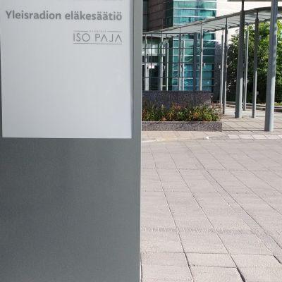 Ingång till Stora Smedjan. I förgrunden en skylt för Yleisradion Eläkesäätiö.