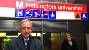 thomas wilhelmsson vid helsingfors universitets metrostation