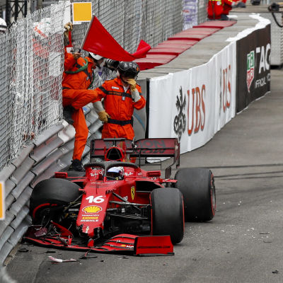 Charles Leclerc kraschar i Monaco.