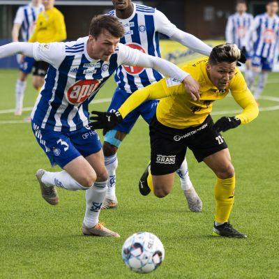 Janne Saksela och Daniel Carrillo jagar bollen.