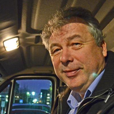 """Taxiföretagaren Kai Andersson kör vanligtvis en Mercedes-Benz E-klass, men sitter här i sin paketbil. """"Man får ta vad som står på gården."""" säger han om bilvalet."""
