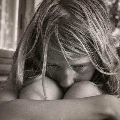 ansiktet av en sorgsen flicka