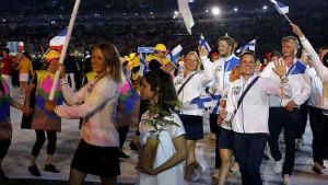 Tuuli Petäjä-Sirén bär Finlands flagga vid OS-invigningen i Rio 2016.
