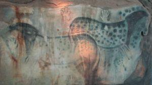 Pech Merlen luolamaalaus, jossa täplikkäitä eläimiä ja käden kuvia