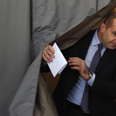 Bulgariska presidentkandidaten Rumen Radev röstade i huvudstaden Sofia den 13 november 2016.