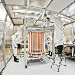 Tutkijat tarkastelevat jalokaasutankkia laboratoriossa.