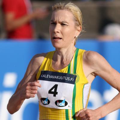 Laura Manninen löper under Kalevaspelen 2020.