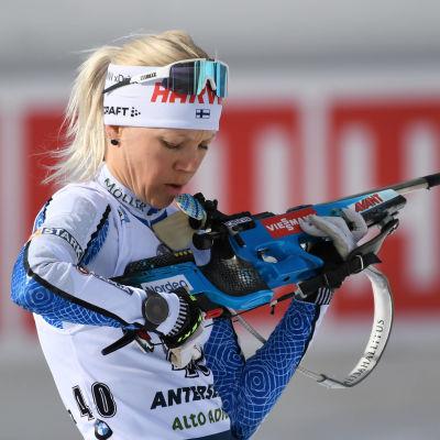 Kaisa Mäkäräinen rättar till sitt vapen.