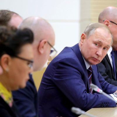 Den arbetsgrupp som Putin utsåg på måndag för att förbereda lagändringarna hann sammanträda endast två gånger innan lagarna antogs